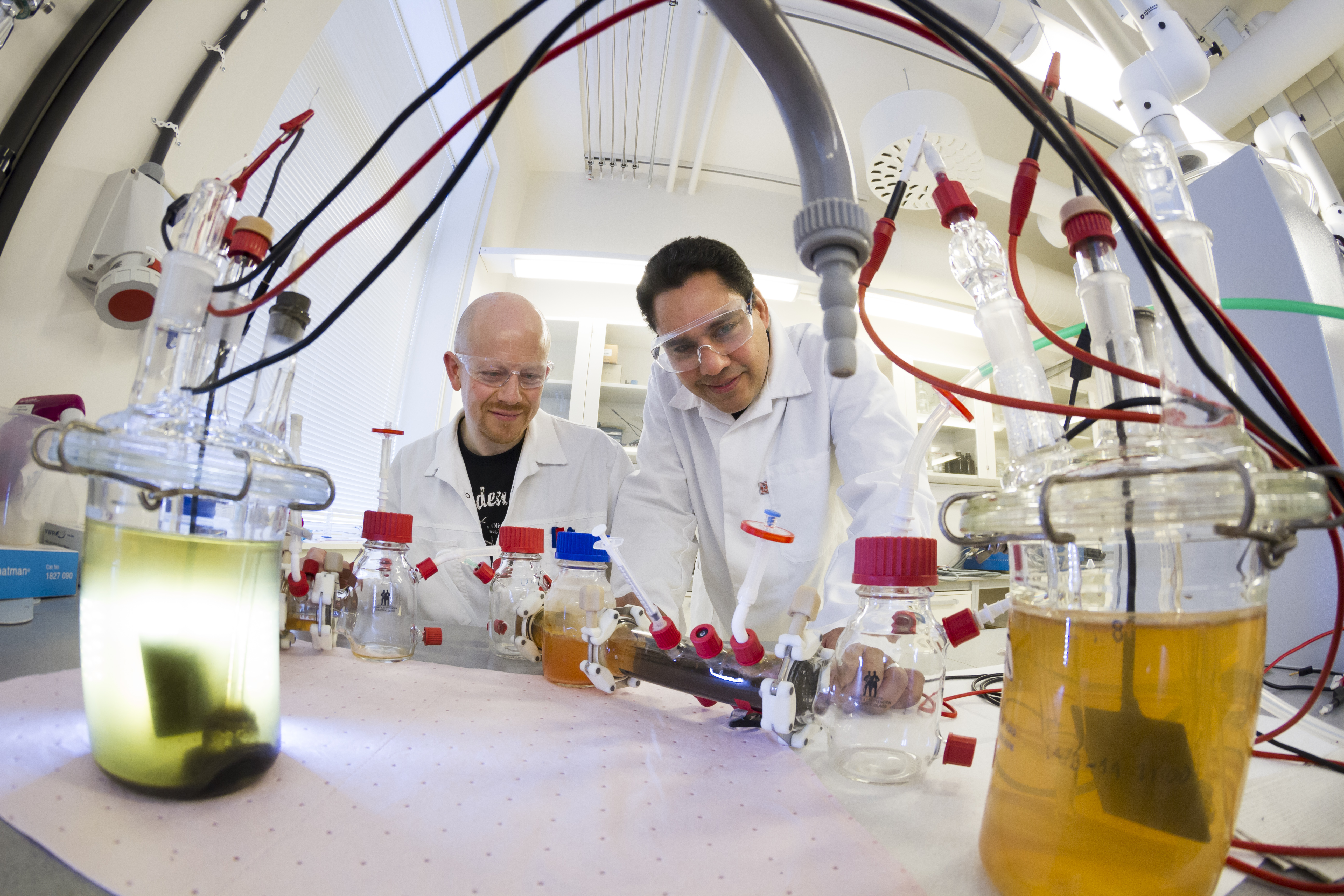 When biologist Netzer (left), who specialises in bioprocesses, met electrochemist Colmenares, whose field is water purification, they came up with the idea of a practical, microbial, energy-generating water purification system.  Today their demonstration plant is up and running. Photo: Thor Nielsen/SINTEF