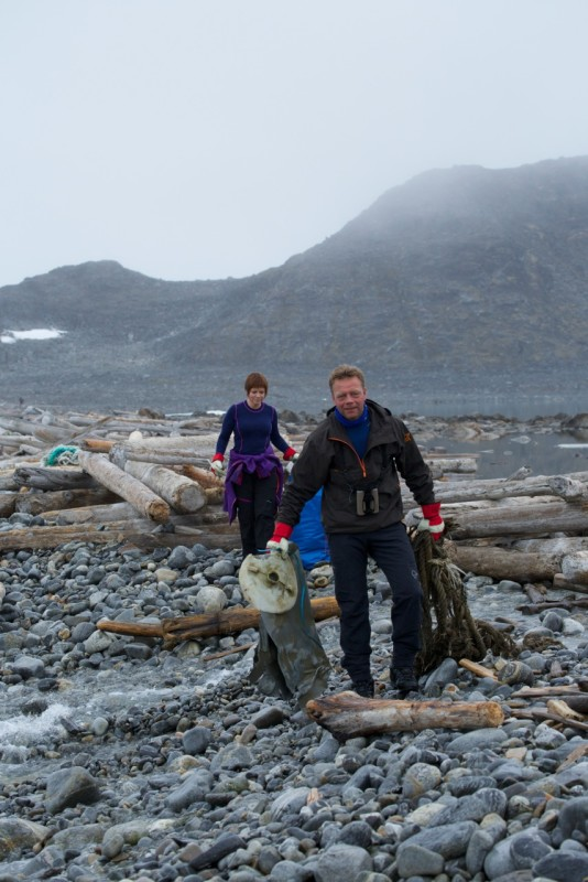 Participants picked up 512 kg of trash off a 650 metre long beach in just two hours. Photo: Geir Johnsen, NTNU