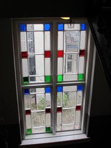 De opprinnelie vinduene er å finne i oppgangen i bygget.