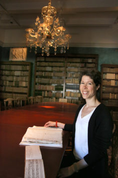 Elizabeth Svarstad with the special manuscript she found in the Gunnerus Library. Photo: Idun Haugan / NTNU